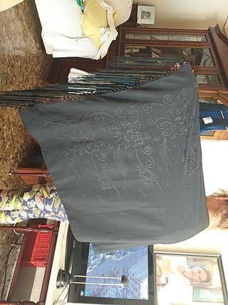 Mantón negro bordado de seda