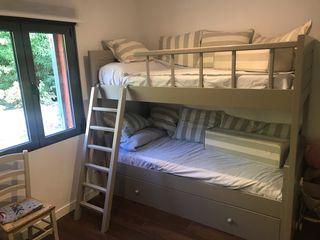 Litera con cama nido, cómoda, silla y colchones