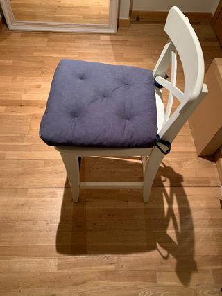 Dos sillas taburetes ikea