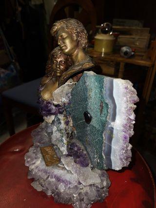 Escultura pareja, con amatista, figuras de bronce