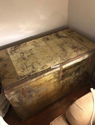 BAul muy antiguo de metal grande