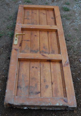 Puerta de madera con llave a restaurar