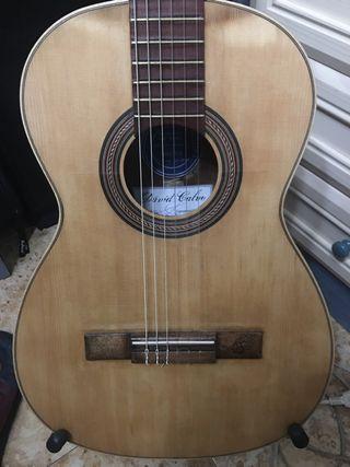 Guitarra vieja o rota
