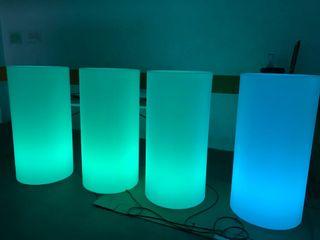 Mesas altas iluminadas