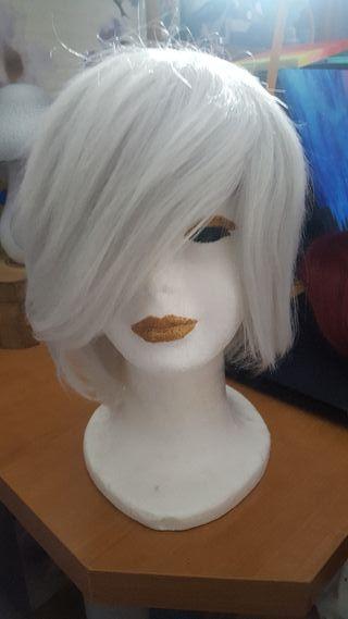 Peluca corta blanca.
