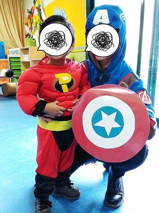 Disfraz super héroe con músculos.