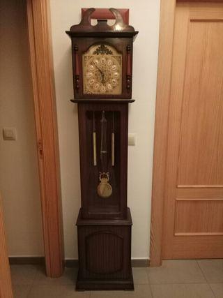 Reloj de pié antiguo