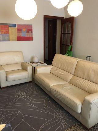 Sofá piel color beig + sillón