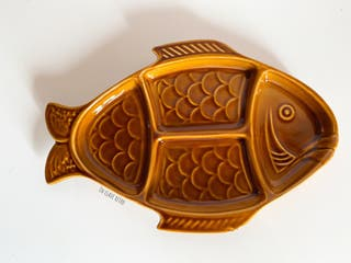 Fuente con forma de pez en color caramelo