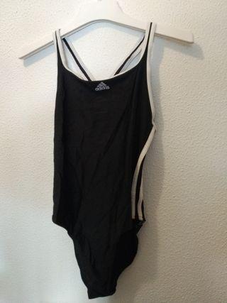 Adidas Blanco y Negro Clásico. Bañador de mujer