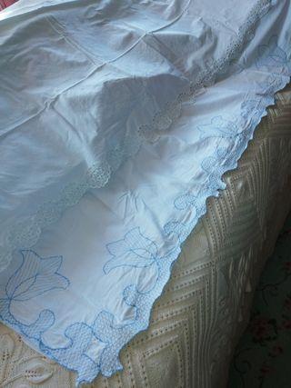 dos sábanas sin almohada