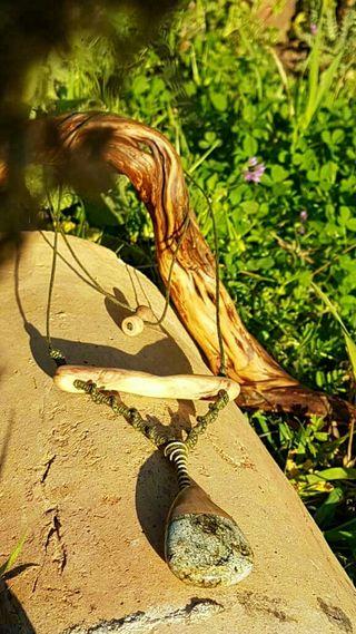 Colgante de piedra, madera y macrame