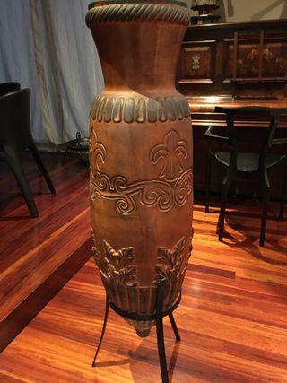 Tibor de cerámica con pie metálico.
