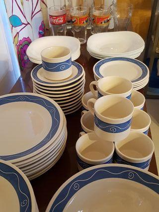 Vajilla de porcelana platos blancos y algunos vaso