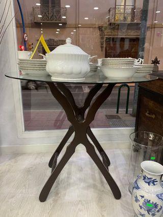 Mesa restaurada de cristal con antiguas patas de b