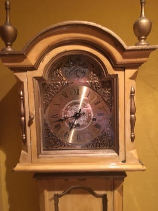 Reloj de pie antiguo de cuerda