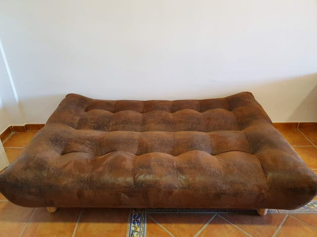 Sofá cama y mueble de televisión con mesa auxiliar