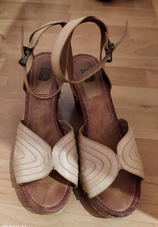 Urge venta de sandalias de tacón
