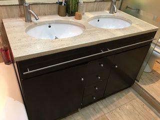 Mueble de baño con lavabos y griferia