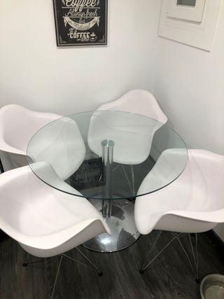 Mesa de cristal y sillas de diseño