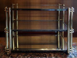 Una mesa de televisión con ruedas