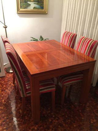 Mesa de madera de cerezo y sillas a juego