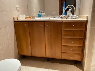 Mueble baño de madera.