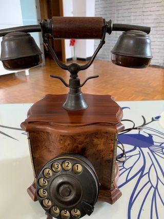 Teléfono de madera antiguo.