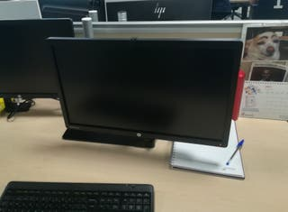 Lote dos monitores HP S231d en soporte doble