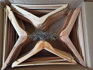 Caja con 72 perchas de madera