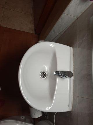 lavabo con pie marca Roca.
