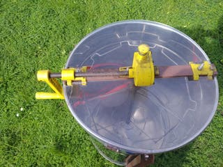 extractor de miel. centrifugadora de miel.