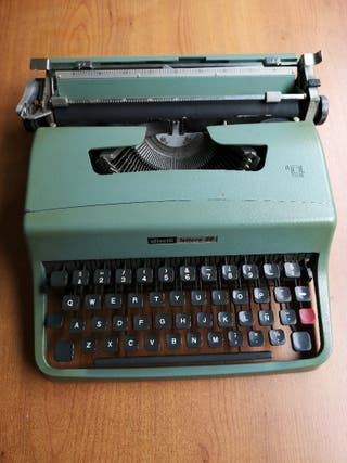 Antigua Máquina de escribir Olivetti lettera32