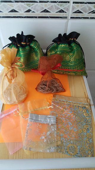 Elegantes bolsas de organza y seda natural.