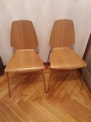 2 sillas de madera y acero en buen estado.