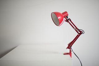 Lámpara flexo rojo.