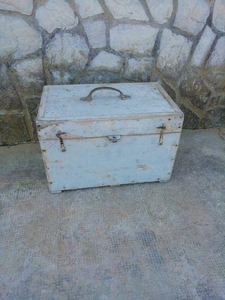 Caja baúl de madera antigua
