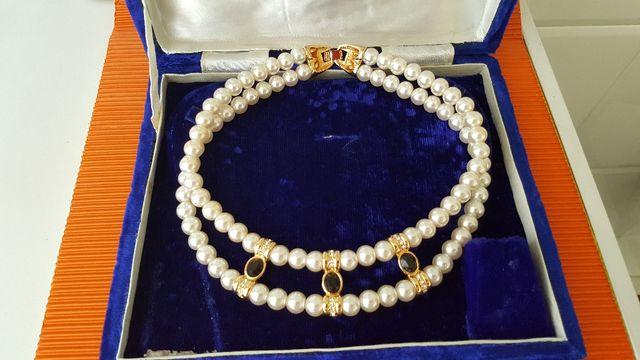 Preciosa gargantilla de perlas blancas.