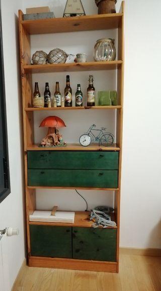 Estantería de madera con baldas y cajones