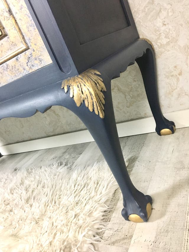 Aparador estilo patas de garras