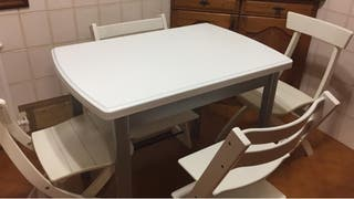 Mesa cocina extensible y dos sillas blancas