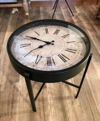 Mesa metálica con reloj
