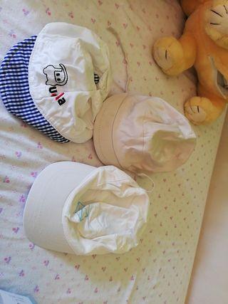 tres gorras talla 6 a 9 meses