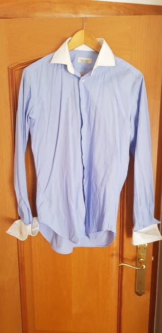 Camisa lisa azul claro.