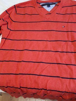 Jersey color rojo con rayas horizontales azules
