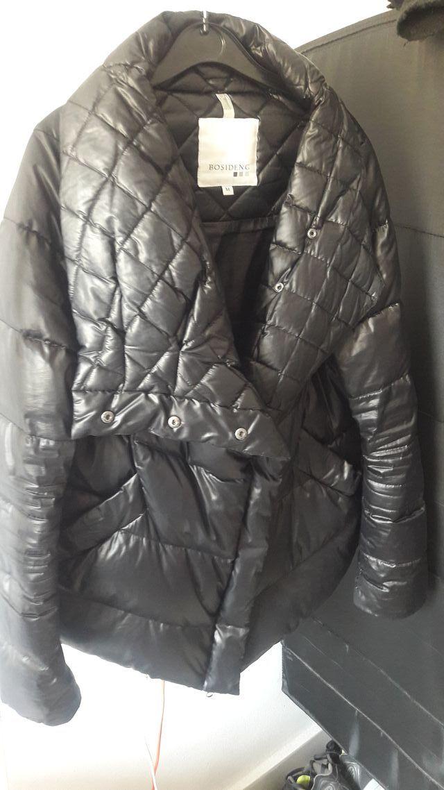 Abrigo negro en plumas