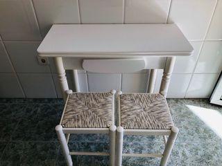 Mesa cocina con taburates.