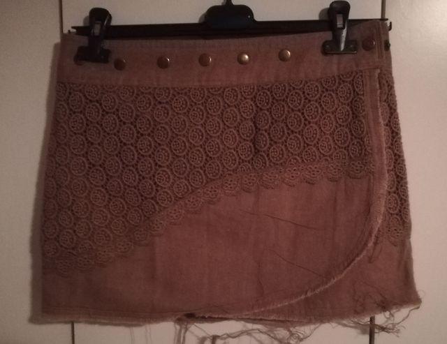 falda marrón, nueva, corta, adaptable.
