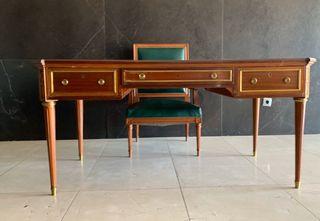 Mesa de estilo clásico inglés, sillón y dos sillas