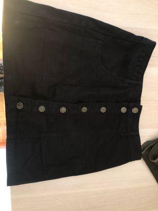 Falda negra con botones